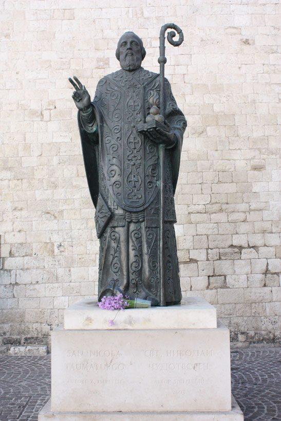 Pomnik św. Mikołaja przed Bazyliką św. Mikołaja w Bari