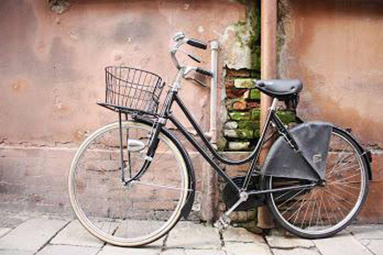 w Ferrarze nie ma stojaków: rower przypinamy w dowolnym nadającym się do tego miejscu
